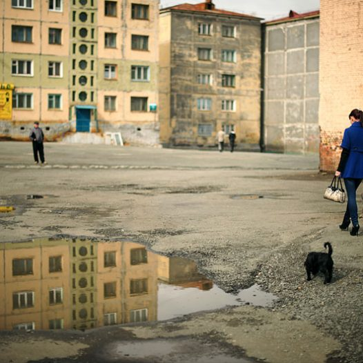La période de jours polaires s'accompagne de beau temps et de températures agréables. Les habitants de Norilsk profitent au maximum de cette possibilité de vivre en extérieur, se promenant jusqu'au milieu de la nuit. La température en été  peut monter jusqu'à 25°, même  30° pendant les années très chaudes.