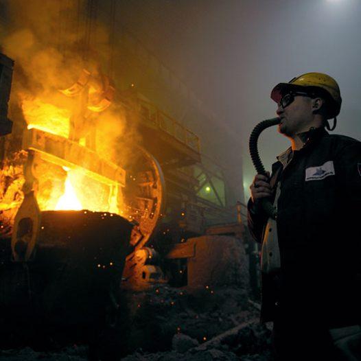 L'espace de la fonderie est rempli par les gaz d'émanation. Les travailleurs respirent à l'aide de tuyaux reliés à des ballons d'oxygène. Les conditions de travail sont difficiles. La pollution, la chaleur… La récompense pour les risques encourus est des vacances officielles de 3 mois par an et une retraite à partir de 45 ans.