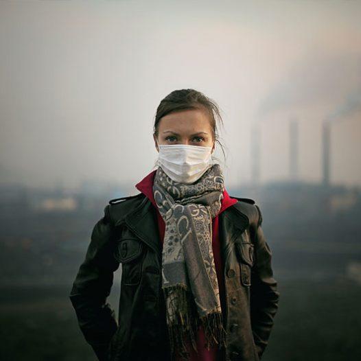 Pendant la période d'été, l'air est plus pollué qu'à la normale. La différence de température entre les différentes couches de l'atmosphère empêche l'évacuation des fumées du combinat, et un smog nauséabond envahit les rues de Norilsk. La pollution de la ville est aggravée par la situation des combinats métallurgiques en périphérie de la ville, les usines se faisant face les unes les autres. Suivant la direction du vent, la fumée de l'une ou l'autre usine envahit la ville.