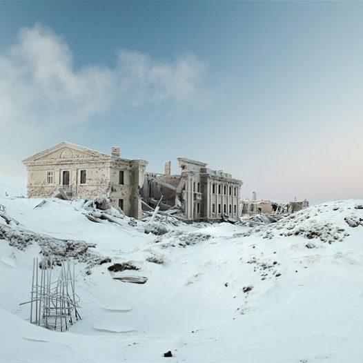 Déjà il y a 6 000 ans, les riches sous-sols de la région de Norilsk ont attiré les hommes, dont les traces de passage ont été relevées par des archéologues.Mais la réelle histoire de Norilsk commence au début du 20eme siècle, lorsque l'expédition du géologue Urvantsev mettra à jour les riches gisements de nickel, cuivre et cobalt. En 1936, l'URSS débute la construction du complexe métallurgique et de la ville. Ce travail difficile dans un environnement polaire est confié aux prisonniers du Goulag, travaillant dans des conditions inhumaines. Les mines, les usines de Nickel et de cuivre et une grande partie de la ville moderne ont été construites par les prisonniers. Pendant plus de 20 ans, 600 000 prisonniers – dont plusieurs milliers ont perdu la vie -  auront travaillé à Norilsk, pour sa construction et son exploitation.Sur la photo – les ruines de la maison de la culture dans la cité « Medvejii Ruchei ». Cette cité était la première colonie de Norilsk, construite sur une partie du Goulag en 1956 juste à côté de la mine ouverte de « Medvejii ruchei ».Dans les années 90 elle fut fermée à cause des difficultés d'entretien et de la complexité de l'infrastructure. Ses habitants ont été déplacés dans de nouveaux quartiers d Norilsk.