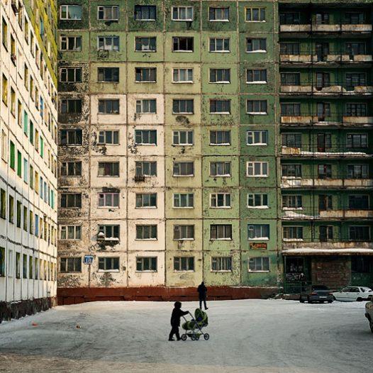 Le plan de construction de Norilsk a été établi dans les années 1940 par les architectes purgeant une peine (exil ou emprisonnement) dans le « Norillag ».L'idée principale était de faire une ville idéale avec un plan simple et logique. Les bâtiments les plus anciens sont construits dans le style Empire de l'architecture stalinienne.La seconde étape de construction, dans les années 1960, suivit le système de construction à partir des panels préconstruits qui a été introduit à cette époque et a été largement utilisé.