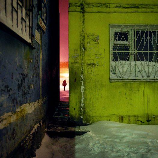 Norilsk a un climat très sévère aggravé par un vent fort. Les architectes ont créé un espace urbain conçu pour avoir la fonction de coupe-vent. Les bâtiments sont regroupés pour former des cours fermées.Pour assurer la bonne circulation et éviter des longs contournements d'un groupe d'immeubles, de petits passages très étroits entre les bâtiments ont été prévus.