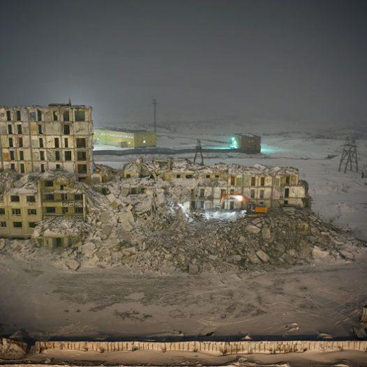 Norilsk est confrontée, malgré sa prospérité, à de gros problèmes d'entretien de son parc immobilier. La majeure partie des habitations de Norilsk a été construite sur pilotis. Le dégel du permafrost rend instables les fondations des édifices, les murs de soutiens se fissurent et les bâtiments sont progressivement abandonnés, inhabitables.Aujourd'hui, le principal problème de la ville est le dégel des couches supérieures du pergélisol, ce sol gelé en permanence, sous l'effet de nombreux facteurs : -élévation de la température globale de la région de Norilsk.-influence du milieu urbain. -Pendant de nombreuses années, principalement à la suite de l'effondrement de l'URSS, les canalisations souterraines n'ont plus été entretenues et de nombreuses fuites d'eau chaude sont apparues.-rejets des substances polluantes dans l'atmosphère.-concentration importante de sel dans le sol, suite au déneigement abondant de la ville.